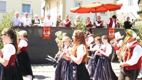 Mehrere Ehrengäste standen Spalier, als die 74 Gruppen und Vereine durchs Dorf marschierten.