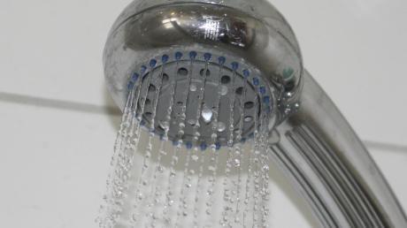 Wenn Duschen nicht intensiv genutzt werden, können sich im sogenannten Stagnationswasser Legionellen bilden. Im Krumbacher Sportzentrum war im Herbst an drei Duschen Legionellenbefall festgestellt worden.
