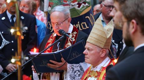 Weihbischof Anton Losinger und Wallfahrtsdirektor Monsignore Erwin Reichart (Mitte) in der Grotte von Maria Vesperbild.