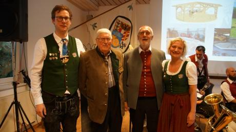 """Stephan Kempfle (links) und Petra Klingler nahmen ihre ältesten Mitglieder in ihre Mitte: Andreas Scheppach (Zweiter von links) ist seit 1949 dabei und war bei der Vereinsgründung 1979 Vorstandschaftsmitglied als """"Passivenvertreter"""", Kurt Erich Schmid dirigierte den Musikverein von 1968 bis 1999, von 1979 bis 1990 war er deren erster Vorstand."""