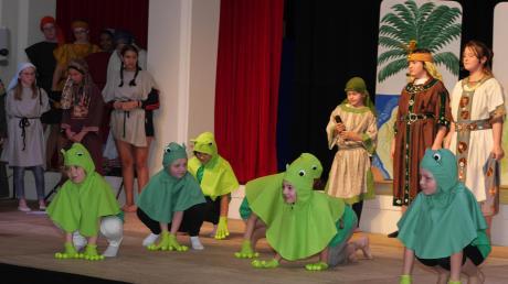 """Ein beeindruckender Auftritt: Frösche überfielen die Bühne beim Kindermusical """"Israel in Ägypten""""."""