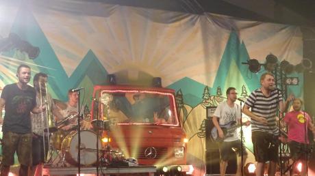 Manuel Winbeck, Korbinian Weber, Manuel da Coll, Fabian Jungreithmayr, Stefan Dettl und Jörg Hartl (von links) beim Konzert von LaBrassBanda in Ellzee.