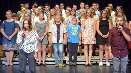"""Cäcilia Jannetti und Jakob Kriener interpretierten als Solisten zusammen mit dem Chor Stücke aus dem Musicalfilm """"La La Land"""" von Justin Hurwitz."""