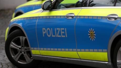 Ein Mann schlug einem 25-Jährigen in Augsburg auf offener Straße mehrfach mit der Faust ins Gesicht.