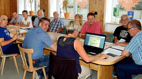 Zum ersten Mal fand nun eine Sitzung des Gemeinderates im Unterrichtsraum der Freiwilligen Feuerwehr Aletshausen statt, der sich im Untergeschoss des Bürger- undVereinshauses befindet. Bürgermeister Georg Duscher (rechts) und Räte nahmen es gelassen und fühlten sich heimisch.