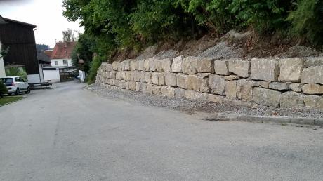 Eine neue Natursteinmauer entlang der Ernst-Weckerle-Straße in Ebershausen verschönert nicht nur das Ortsbild, ermöglicht einen verbesserten Straßenverlauf, sondern erfüllt wieder die ursprüngliche Aufgabe zur Absicherung des dahinter befindlichen Abhanges.