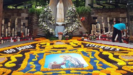 Der kunstvoll geschmückte Blumenteppich ist Jahr für Jahr ein Höhepunkt an Mariä Himmelfahrt im mittelschwäbischen Wallfahrtsort Maria Vesperbild. Im Bild der Blumenteppich, der im August 2018 zu sehen war.