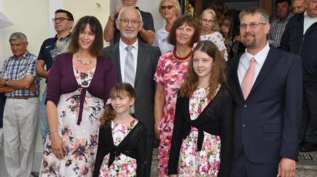 Seinen 70. Geburtstag feierte Eberhausens Bürgermeister Herbert Kubicek. Unser Bild zeigt ihn (Bildmitte) zusammen mit seiner Familie.
