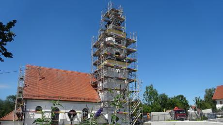 """Die Pfarrkirche St. Katharina in Ellzee präsentiert sich im """"Gerüstkleid"""". Außen ist die Renovierung nach dreimonatiger Bauzeit abgeschlossen."""