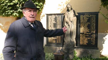 Alois Zanker sen., ist der letzte noch lebende Kriegsveteran im Veteranen- und Soldatenverein Breitenthal. Unser Bild zeigt ihn vor dem Kriegerdenkmal mit den Namen von 24 Gefallenen des ersten sowie 28 Gefallenen und zwölf Vermissten des zweiten Weltkrieges.