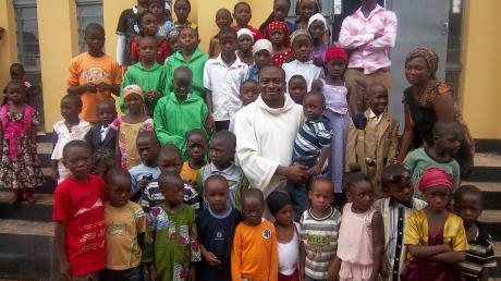 Pfarrer Viktor Mordi ist die Sorge um die Waisenkinder eine Herzensangelegenheit. Unser Bild zeigt ihn nach der Messe mit Kindern in Katsina in Nigeria.