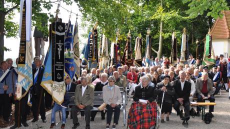Eine beeindruckende Kulisse bildeten 20 Abordnungen mit ihren Fahnen und zahlreiche Besucher beim Festgottesdienst bei der Kapelle St. Urban und Lourdesgrotte zum Jubiläum des Veteranen- und Soldatenvereins Breitenthal.