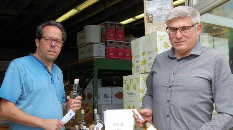 Oliver Maier (links) und Martin Geh handeln mit Wein und stellen selbst edle Spirituosen her. Auf ihre 30-jährige Erfahrung können auch Privatkunden bauen.