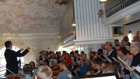Prachtvolle Musik boten die Kirchenchöre Krumbach und Niederraunau, Solisten und Kirchenorchester unter der Leitung von Michael Dolp zu Patrozinium, Orgeleinweihung und Einführung von Diakon Bernhard Lauerer in der Pfarrkirche St. Michael.