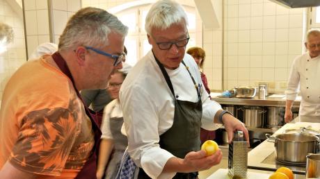 Frische und gesunde Ernährung im Alltag: Michael Guter und Bernd Schiebler von der Lehrküche des Ursberger Berufsbildungswerks gaben Tipps und Anregungen und kochten mit ihren Gästen.