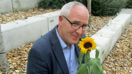 Andreas Merz, Leiter des Ursberger Ringeisen-Gymnasiums, mit einer seiner Lieblingsblumen, der Sonnenblume.