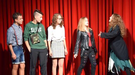 Kellertheater in Ursberg: Die drei Abiturienten zusammen mit der Teufelin Femisto und der Hexe kurz vor der Verabreichung der Zaubertränke.