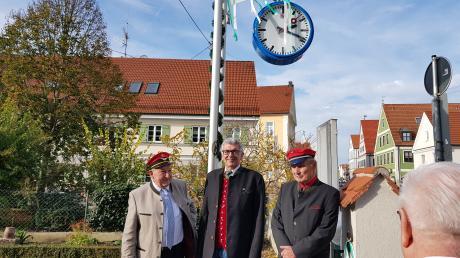 Sie zeigt künftig die Zeit in der Edmund-Zimmermann-Straße: Manfred Göttner, Peter Schoblocher und Eduard Kastner bei der neuen Bahnhofsuhr im Bauerngarten des Heimatmuseums.
