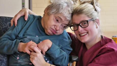 Die einjährige Ausbildung zur Pflegehelferin öffnete Sarah Kattler aus Neuburg den Weg in die Altenpflege. Mittlerweile ist sie staatliche anerkannte Altenpflegerin und denkt schon weiter.
