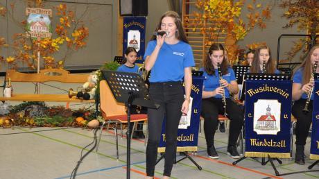 Ausgezeichnete Blasmusik mit Solo- und Gesangseinlagen kennzeichneten das Herbstkonzert des Musikvereins Mindelezll. Unser Bild zeigt die junge Sängerin Veronika Schuster von der Jugendkapelle Mindel-Zusam bei ihrem Vortrag.