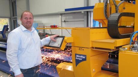 Betriebsinhaber Rainer Gogoll zeigt mit Stolz seine neueste Investition: Eine Plasma-Schneideanlage zur Bearbeitung von Blech und Stahl.