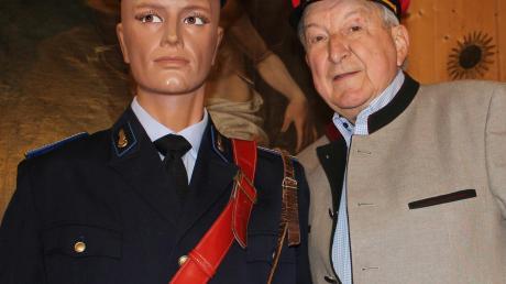 Unser Bild zeigt den Heimatvereinsvorsitzenden Manfred Göttner mit einem Bahnschaffner in Original-Uniform.