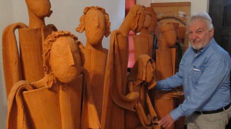 Wolfgang Klein zeigt stolz auf seine Christi Geburt-Darstellung, zu der neben Maria und Josef auch Hirten und die Heiligen Drei Könige gehören.