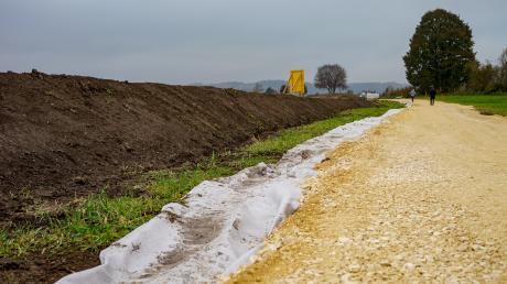 Baubeginn für den Hochwasserschutz in Thannhausen. Unser Bild zeigt allerdings nicht den finalen Damm, sondern das abgetragene Material einer provisorischen Zufahrtstraße. Der Hochwasserschutzwall soll einmal bis zu 1,8 Meter hoch werden und deutlich breiter werden.
