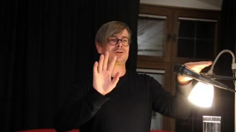 """Der böhmische Schriftsteller Jaroslav Rudis brillierte in Krumbach mit einer gesten- und geschichtenreichen Lesung aus """"Winterbergs letzte Reise"""", seinem ersten in deutscher Sprache verfassten Roman."""