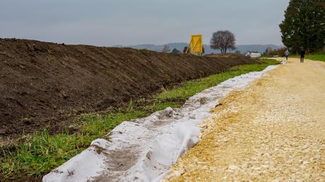 Baubeginn für den Hochwasserschutz in Thannhausen: Unser Bild zeigt allerdings nicht den finalen Damm, sondern das abgetragene Material einer provisorischen Zufahrtstraße. Der Hochwasserschutzwall soll einmal bis zu 1,8 Meter hoch werden und deutlich breiter werden.