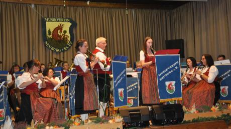 """In der """"Spatzen-Polka"""" erwiesen sich Jessica Rademacher und Theresa Götzfried als brillante Klarinetten-Solistinnen."""