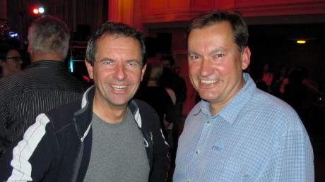 Bei der Bürgermeisterwahl treten sie gegeneinander an. Privat sind Gerhard Weiß (links) und Hubert Fischer befreundet. Unser Bild zeigt sie bei einer Rockparty im Stadtsaal im Jahr 2015. In der Kommunalwahl will sich die Krumbacher UFWG für keinen der beiden Kandidaten festlegen.