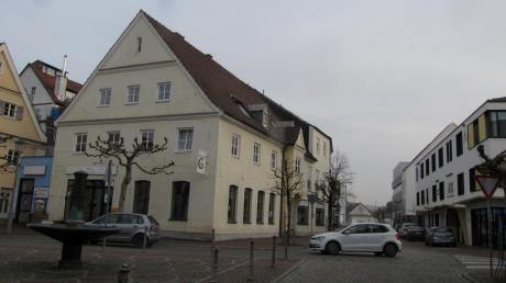 """Die jetzigen Gebäude auf dem """"Hirschbräu-Areal"""" (links) sollen abgerissen werden. In eines der neuen Gebäude wird der Drogeriemarkt Müller einziehen. Erstmals wurde jetzt die Planung in einer öffentlichen Stadtratssitzung vorgestellt."""