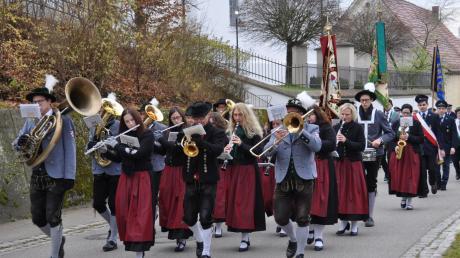 Mit einem Kirchenzug der Musikkapelle Ellzee und den Vereinen begannen die Feierlichkeiten zum Abschluss der Sanierungs- und Renovierungsarbeiten an der Pfarrkirche St. Katharina in Ellzee.