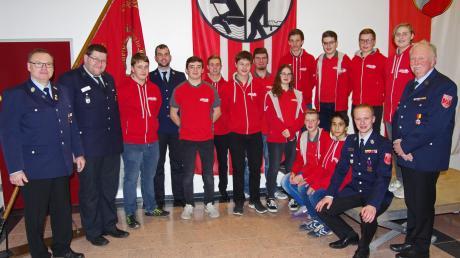 Stolz der Krumbacher Feuerwehr: Die Jugendgruppe mit ihrem neuen Chef Christian Bästlein und dem ausscheidenden bisherigen Jugendwart Karl-Heinz Heberle (rechts).