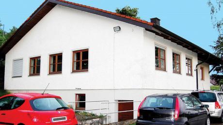 Vor dem Anbau an das Sportheim waren Parkplätze Mangelware beim Sportverein Aletshausen und die geparkten Autos standen auf der Straße. Abhilfe brachte erst der Kauf eines Grundstückes, zu dem der SV Aletshausen 10000 Euro als Darlehen beisteuerte.
