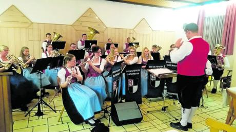 """Die Musikvereinigung Oberrohr bot bei der kurzweiligen und unterhaltsamen """"Hitparade der Blasmusik"""" in der Traube in Oberrohr viel fürs Publikum."""
