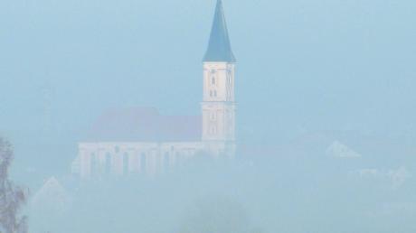 Die Kirche von Breitenthal im Nebel. Für die Renovierung des Gotteshauses werden noch Spenden benötigt. Ein Förderverein kümmert sich darum.
