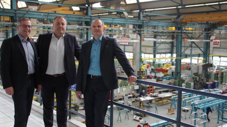 Die drei Lingl-Geschäftsführer (von links) Harald Gruber (Personal), Karl Liedel (Vertrieb) und Hugo Schneider(Leitung) in der lichten Werkhalle des Anlagenbauers.