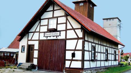 Seit zehn Jahren ist das alte Feuerwehrhaus in Aletshausen an den örtlichen Burschenverein verpachtet. Nun wurde ein neuer Pachtvertrag zwischen Gemeinde und Verein abgeschlossen.