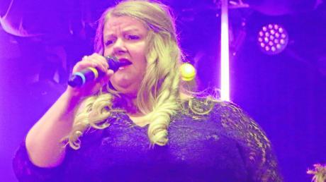 Musikalische Klasse auf der Bühne des Stadtsaals: Sängerin Alexandra Jörg, im Hintergrund Bandleader Konstantin Eheim.