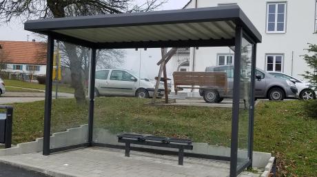 Die Stadt lässt Schüler und andere Fahrgäste, die den Omnibus benützen, nicht im Regen stehen. Am Halteplatz beim Bürgerheim bietet ein Bushäuschen Schutz vor den Witterungsunbilden.
