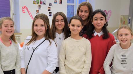 Schülerinnen der Klasse 7c an ihrem Verkaufsstand für weihnachtliche Süßigkeiten.