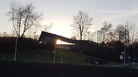 Abendliche Lichtspiele im Bereich des Krumbacher Hallenbads.