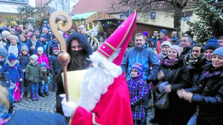 Zahlreiche Kinder kamen zum Nikolaus auf den Dorfplatz nach Ellzee.