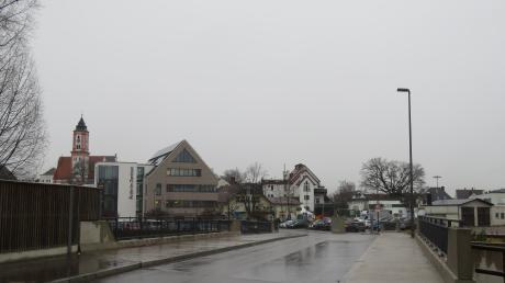 Das Krumbacher Stadtbild würde sich durch das neue Großprojekt mit der Ansiedlung des Müller-Marktes maßgeblich verändern. Im Vordergrund links das 19 Meter hohe Ärztehaus. Rechts davon soll ein Gebäudekomplex mit Flachdach und einer Höhe bis zu 24 Metern entstehen.