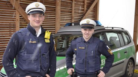 Polizeihauptkommissar Florian Strobl und Polizeiobermeister Dominik Doll greifen im Einsatz gerne auf die gelbe Bodycam zurück. Seit einigen Wochen steht das kleine, gelbe Gerät auch der Krumbacher Polizei zur Verfügung.