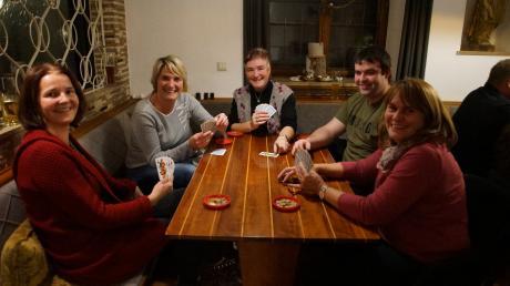 Eine Partie spielten (von links) Christine Müller, Sandra Miller, Anita Wagner, Ulrich Wagner und Elfi Schmid-Jost.