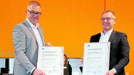 Realschuldirektor Rudolf Kögler und Harald Gruber, Mitglied der Geschäftsführung der Firma Lingl, haben ihre Kooperationsvereinbarung besiegelt.