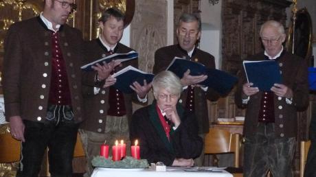 Für eine erlebnisreiche Stunde sorgten unter Leitung von Wolfgang Flödl die Chorgemeinschaft mit den drei Mädchen, Elisabeth Egger an der Harfe, die Saitenmusik Kronwitter und erstmals der Bocksberger Viergesang (Foto), ein Klarinettenquartett und die Turmbläser Altstetter. Gerlinde Flödl (vorn) leitete mit mystischen Texten zur Suche nach Gott durch die Veranstaltung.